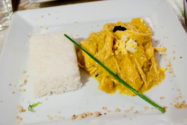 Aji de gallina (Émincés de blanc de poulet cuit avec une sauce au fromage et cernaux de noix un peu relevée accompagnés de riz)