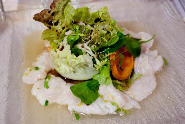 Cevicheto de pescado (poisson cuit au citron vert et épices, salade et patates douces)