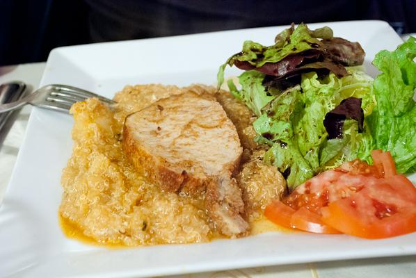 Chancho al horno con papas, ensalada y quinoa (Porc cuit au four dans une marinade aux épices péruviennes, servi avec salade et quinua)