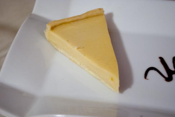 Tarta de lucuma con helado (Tartelette de lucuma (fruit péruvien) servi avec de la glace)