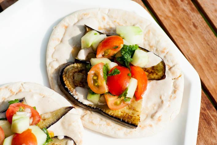 Sabih, sandwich à l'aubergine et salade émincée sur la Godiche