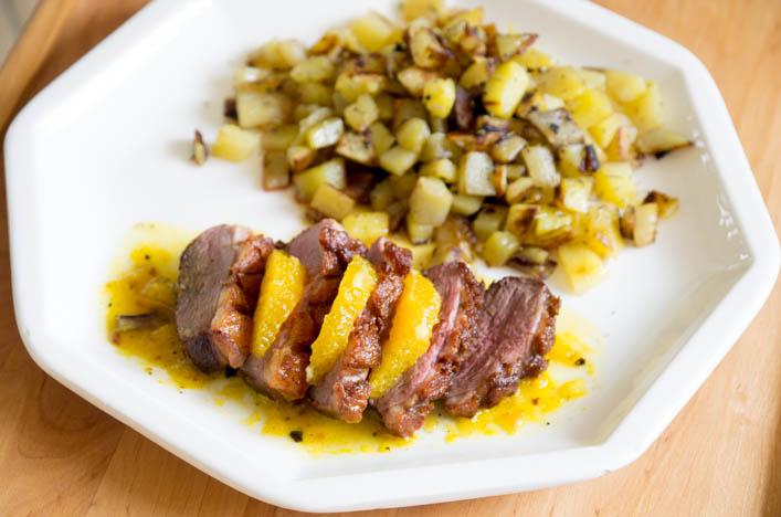 Magret de canard à l'orange et pommes de terre rissolées sur la godiche