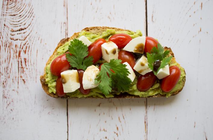Avocado toast caprese tomates mozzarella sur la godiche - Tartines avocat - Guacamole