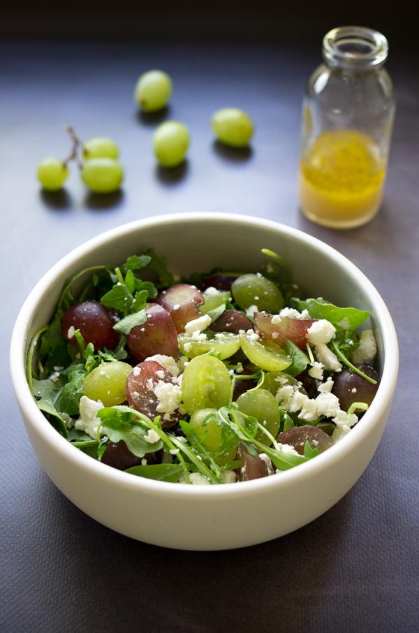 Salade raisin, feta et roquette, vinaigrette miel et moutarde, recette de salade estivale sur la Godiche