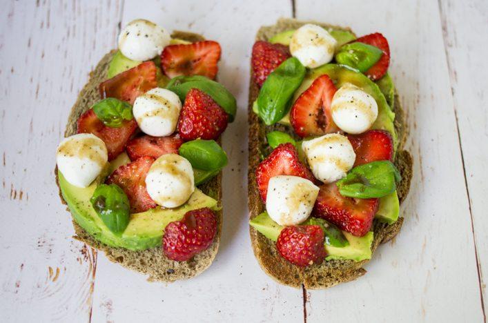 Bruschetta caprese fraise avocat mozzarella basilic - recette facile et gourmande sur la Godiche