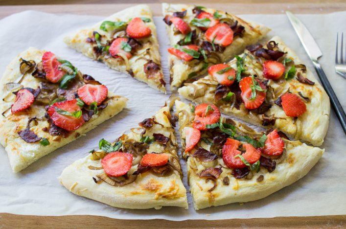 Pizza fraise bacon et basilic, une chouette recette originale ! / www.lagodiche.fr