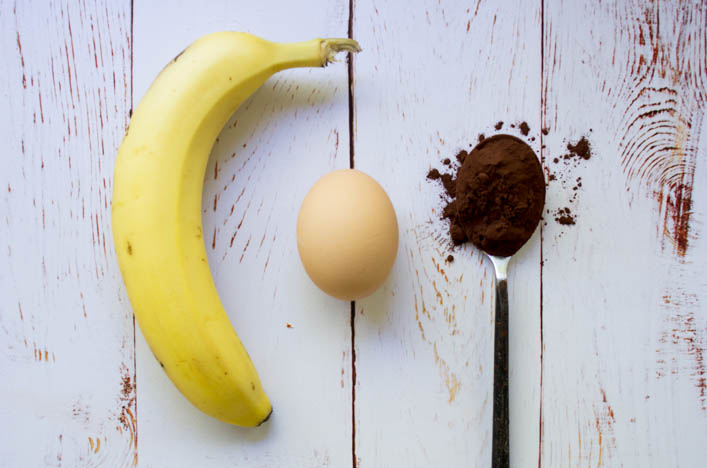 Coulant au chocolat healthy, sans sucre raffiné et sans gluten, avec seulement 3 ingrédients : banane, oeuf, cacao / Recette express et gourmande sur la Godiche - www.lagodiche.fr