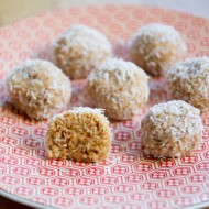 Bouchées au beurre de cacahuète et noix de coco sans cuisson sur la Godiche