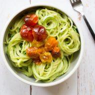 Zoodles au pesto d'avocat (spaghetti de courgette), recette gourmande, originale et légère sur la Godiche / www.lagodiche.fr