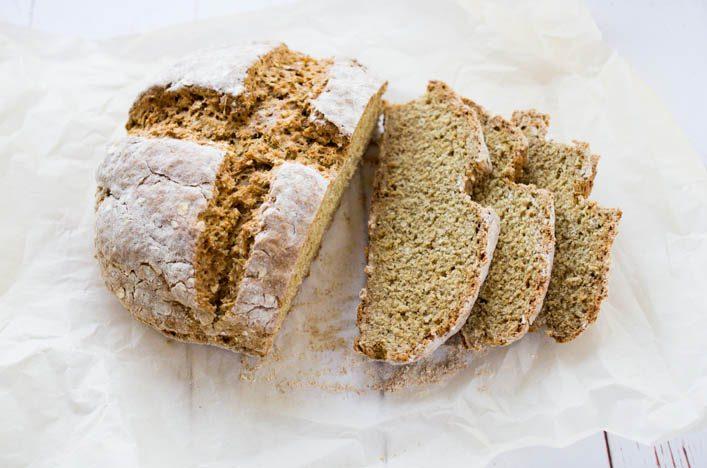 Pain à la farine de seigle de Jamie Oliver, aux flocons d'avoine et sans levure, super facile et rapide à faire. Recette sur la Godiche / www.lagodiche.fr